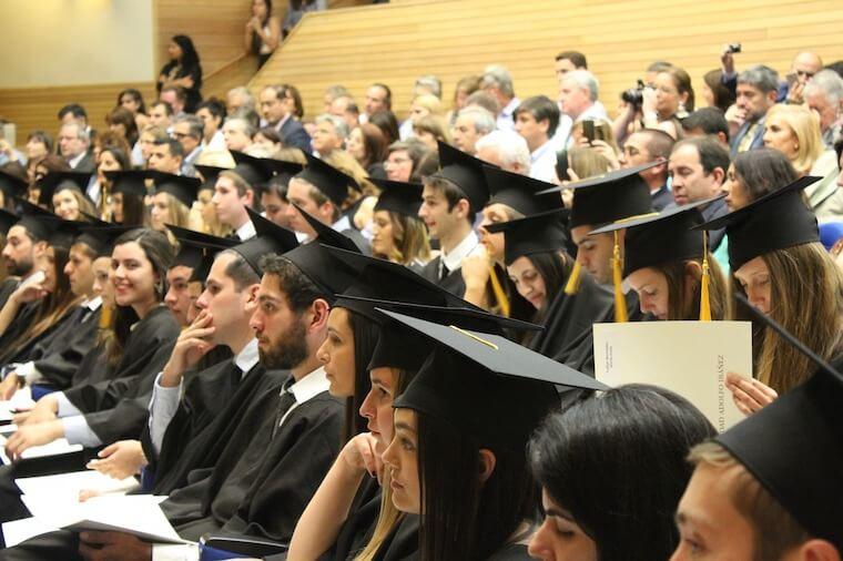 欧米企業の場合、2~3年の実務経験や、学位が求められることが多い